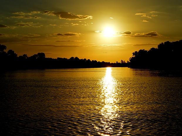 Pôr do sol observado desde a comunidade de Tapuio (Foto: Maurício Araya / G1)