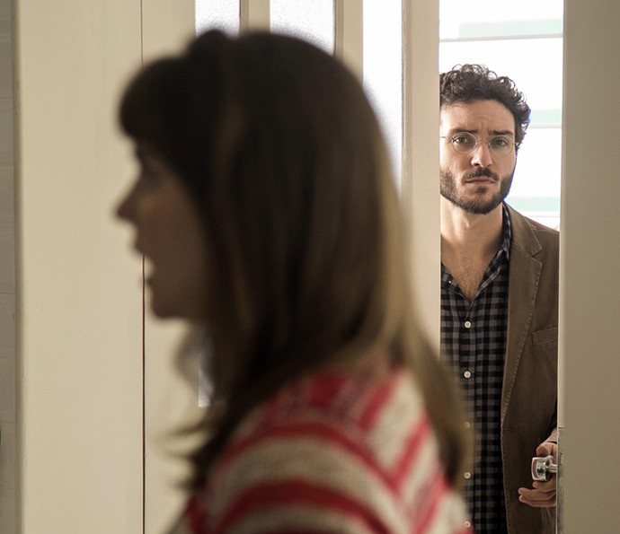 Elio ouve o final da conversa (Foto: Raphael Dias/Gshow)