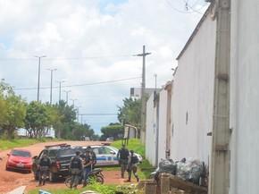 PM e agentes em frente ao presídio após revista geral (Foto: Rogério Aderbal/G1)