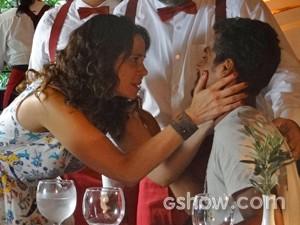 Juliana fica descontrolada ao querer saber notícias de Bia (Foto: Em Família/ TV Globo)