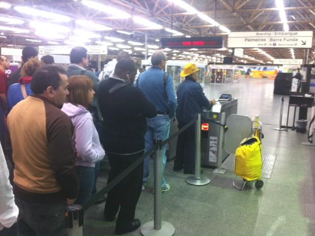 Usuários aguardam liberação das catracas na estação Tatuapé do Metrô por volta das 4h30 desta terça-feira, na Zona Leste de São Paulo (Foto: Sérgio Lorena/G1)