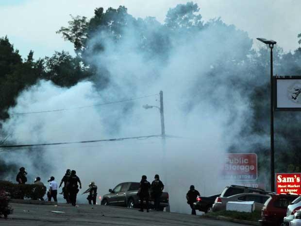 Policiais usam gás lacrimogêneo para dispersar manifestação em Ferguson. (Foto: Robert Cohen / St Louis Post-Dispatch / AP Photo)