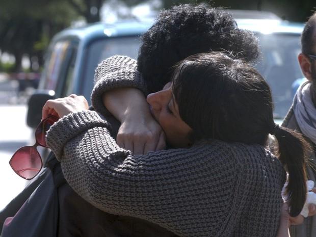 Pessoas se abraçam no local onde ocorreu o atentado, que matou uma aluna em Brindisi (Foto: AP)