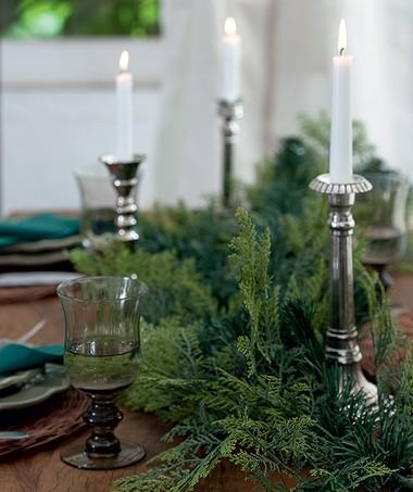 Um festão como este ou ramos naturais de pinheiro, mais velas, formam um centro de mesa original (Foto: Fotos Cacá Bratke/Editora Globo | Realização Cláudia Pixu | Produção Ellen Annora)