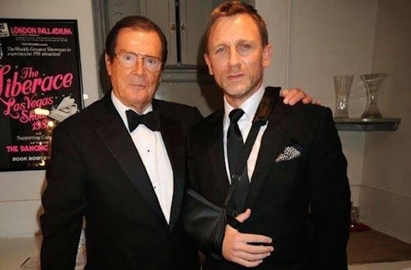 Daniel Craig ao lado de Roger Moore (Foto: Reprodução)