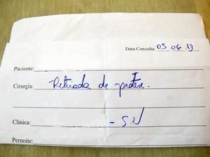 Documento pede retirada do silicone (Foto: Mariane Rossi/G1)