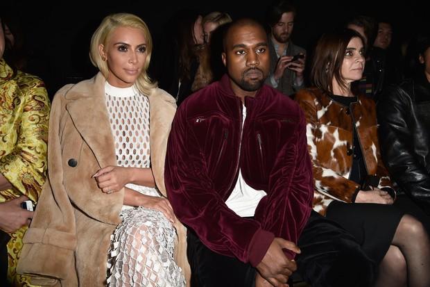 Kim Kardashian, Kanye West e Carine Roitfeld na primeira fila da Balenciaga (Foto: Getty Images)