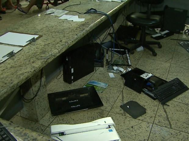 Homem quebrou quatro computadores e impressora da recepção da UPA (Foto: Sérgio Oliveira/EPTV)