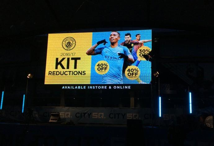 Gabriel Jesus em propaganda do Manchester City (Foto: Ivan Raupp)