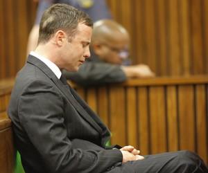 O atleta Oscar Pistorius chora durante julgamento sobre a morte de sua namorada, a modelo Reeva Steenkamp, em Pretoria, África do Sul (Foto: Kim Ludbrook/AP)