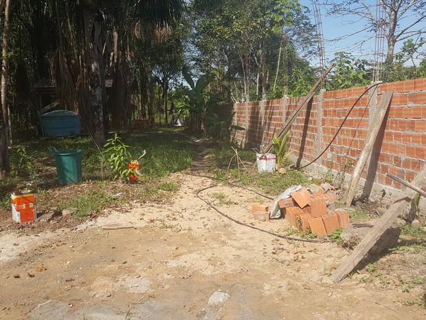 Construção do muro invadiu área de APP (Foto: Pâmela Fernandes/G1)
