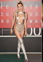Miley Cyrus choca plateia de premiação ao usar look ousado e sexy