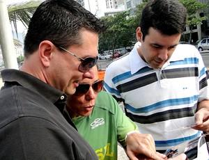 reprodução vôlei de praia Pará, Guilherme e Sandra vendo fotos (Foto: Helena Rebello)