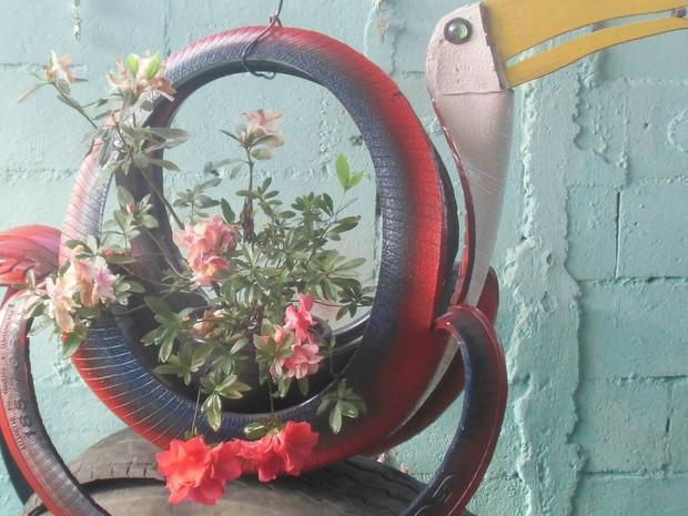 Vaso foi criado com pneu de caminhão e é usado para decoração (Foto: Antonio Joaquim/Arquivo Pessoal)