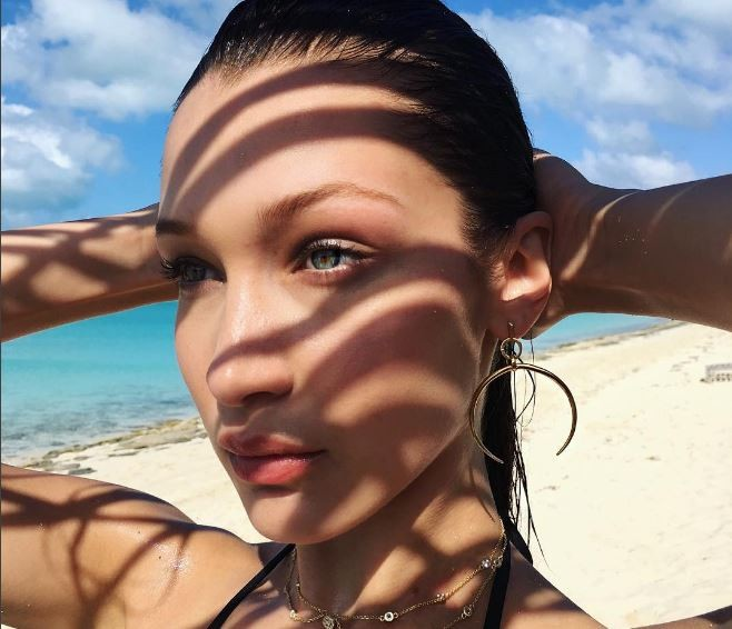 Bella Hadid esbanja sensualidade em Bahamas  (Foto: Reprodução/Instagram)