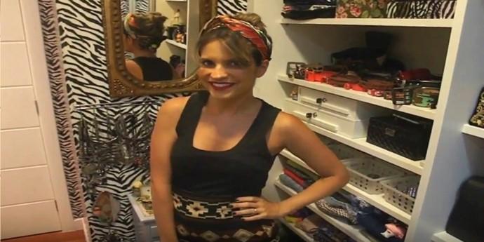 Paula ensina a amarrar lenço na cabeça (Foto: TV Bahia)