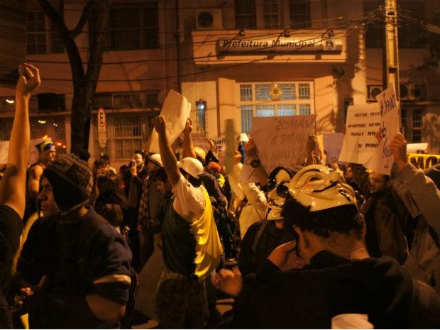 Durante a passeata, manifestantes pararam em frente à prefeitura de Foz do Iguaçu (Foto: Fabiula Wurmeister / G1)