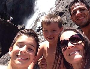 Rafael dos Anjos e família (Foto: reprodução/Instagram)