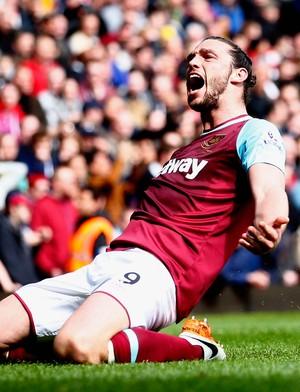 Carroll comemora um dos três gols pelo West Ham diante do Arsenal (Foto: Julian Finney/Getty Images)