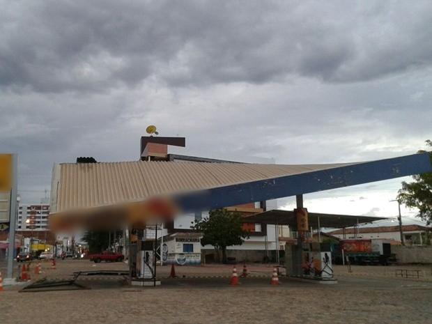 Parte da cobertura de um posto de gasolina desativado caiu em Sousa, no Sertão após rajadas de vento forte (Foto: Felipe Valentim / TV Paraíba )