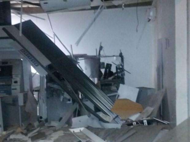 Criminosos explodem caixas eletrônicos em Maurilândia, Goiás (Foto: Reprodução/ TV Anhanguera)
