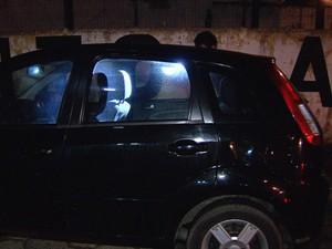 Polícia faz perícia no carro do fotógrafo que sumiu misteriosamente (Foto: Reprodução/TV Tribuna)