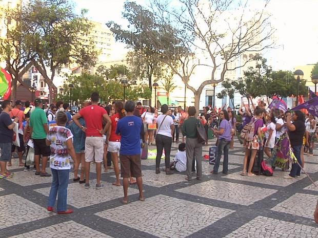 Manifestação reuniu cerca de 200 pessoas na Praça do Ferreira, no Centro de Fortaleza (Foto: TV Verdes Mares/Reprodução)