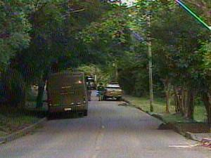 Homem manteve mãe refém no Bairro Teresópolis (Foto: Reprodução/RBS TV)