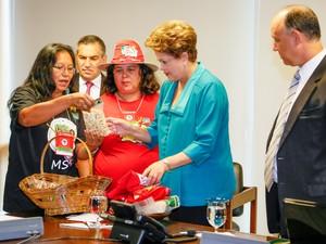 Dilma foi presenteada com cesta de artigos produzidos pelos integrantes do MST (Foto: Roberto Stuckert Filho/PR)