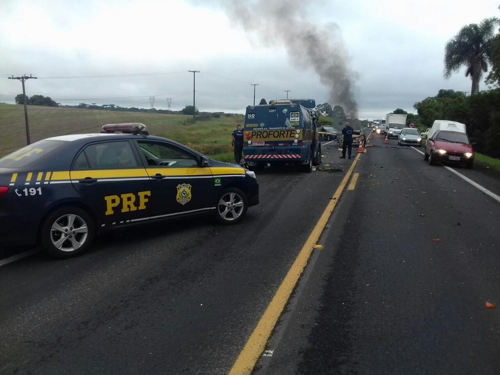 Carro-forte foi assaltado na BR-476, em Araucária  (Foto: Divulgação/PRF)