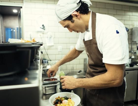 Rodrigo Oliveira na cozinha do Mocotó, restaurante aberto pelo pai dele há mais de 40 anos (Foto: Divulgação)