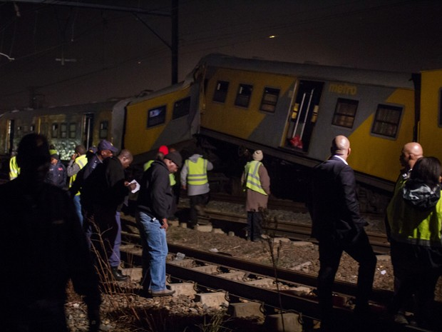 Uma equipe de resgate se reúne ao lado de um dos trens envolvidos em colisão, perto de Joanesburgo, na África do Sul, na sexta (17) (Foto: AP Photo/Jacques Nelles)