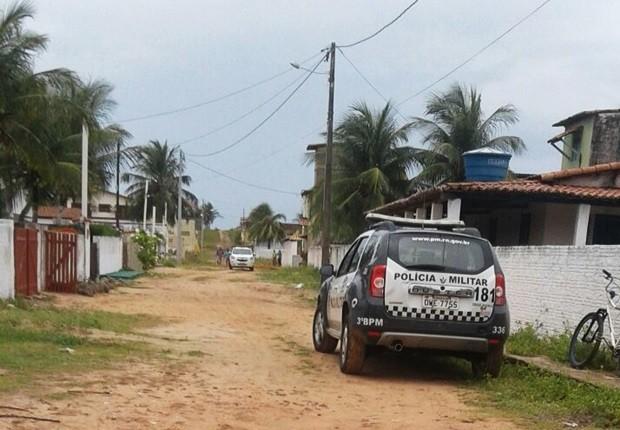 Corpo, já em avançado estado de decomposição, foi encontrado no banheiro de uma casa na praia de Tabatinga, no litoral Sul potiguar (Foto: Divulgação/PM)