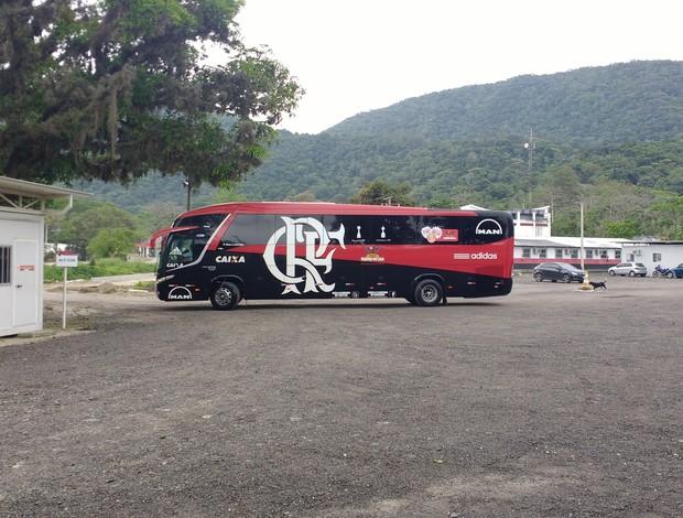 Ônibus do Flamengo deixa o centro de treinamentos rumo a São Paulo