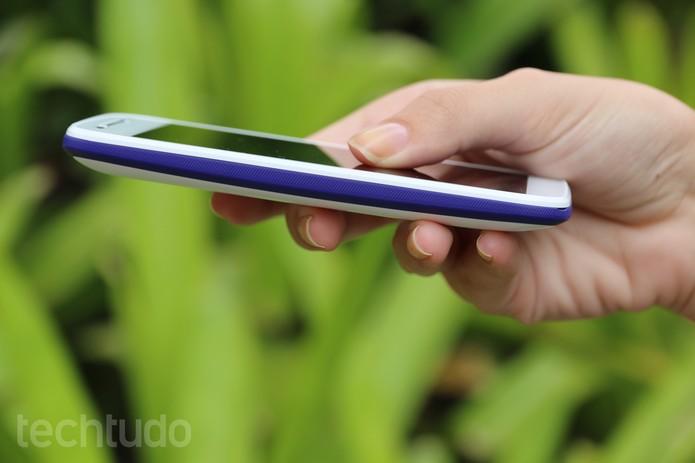 A textura da band não deixa o smartphone escorregar (Foto: Carol Danelli/TechTudo)