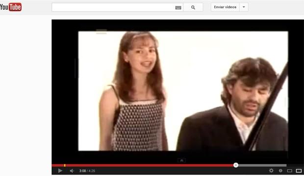 """Sandy e Andrea Bocceli no clipe de """"Vivo por ella"""", de 1998 (Foto: Reprodução / YouTube)"""