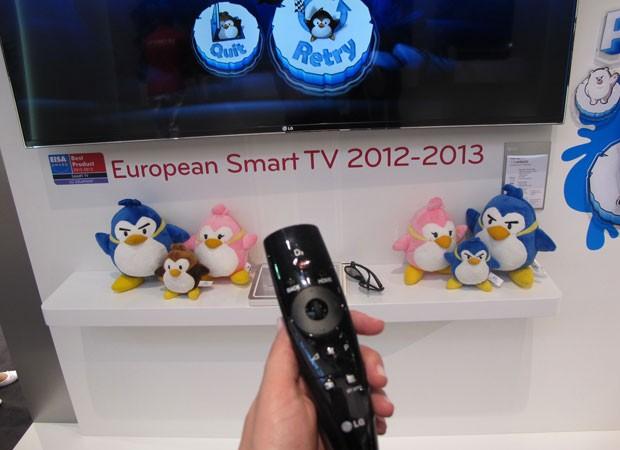 'Magic Remote' funciona como se fosse um controle de Wii. (Foto: Amanda Demetrio/G1)