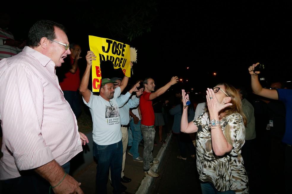 Manifestantes pró e contra José Dirceu diante do prédio onde está o ex-ministro, em Brasília (Foto: Dida Sampaio / Estadão Conteúdo)