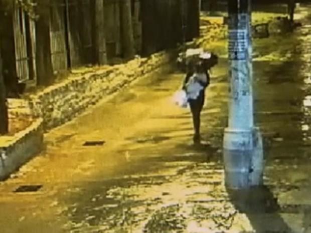Imagens mostram mulher deixando bebê sequestrado com ambulante  (Foto: Reprodução TV Globo)