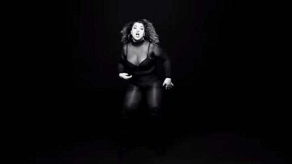 Preta exibe suas curvas no novo vídeo (Foto: Reprodução)