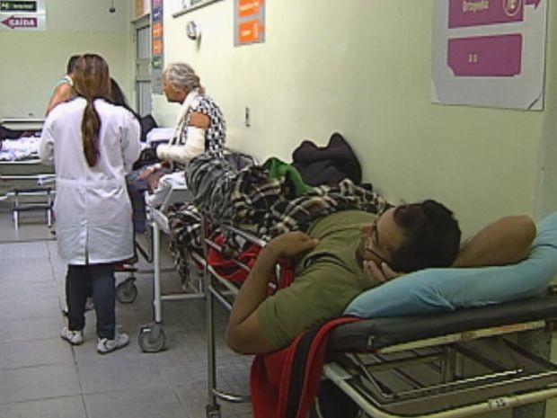 Pacientes aguardam vagas nos corredores do PS (Foto: reprodução/TV Tem)