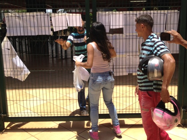 ENEM 2016 - SÁBADO (5) – GOIÂNIA (GO) – Estudante chega atrasada e perde o primeiro dia de provas do Enem, em Goiânia, Goiás (Foto: Vitor Santana/G1)