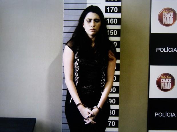 Valentina é fichada na delegacia (Foto: O Rebu / TV Globo)