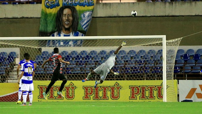 Goleiro do CSA, Jeferson se estica todo e salva Azulão de tomar o gol (Foto: Ailton Cruz / Gazeta de Alagoas)