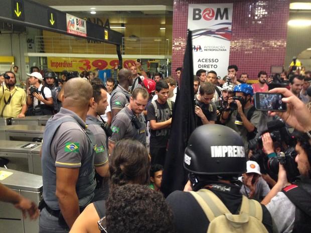 Grupo discute com seguranças do Metrô antes de confronto com PM (Foto: Marcelo Mora/G1)