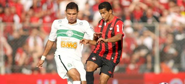 Bruno Mineiro e Junior Urso na partida entre Coritiba e Atlético-PR (Foto: Giuliano Gomes / Ag. Estado)