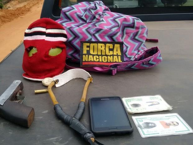 Arma, estilingue, toca e celular foram apreendidos pela Força Nacional. (Foto: Divulgação / Força Nacional)