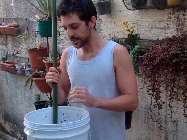 O telespectador Rafael Martins ensina a fazer uma simples composteira caseira e orgânica (Foto: Globo) (Foto: Globo)