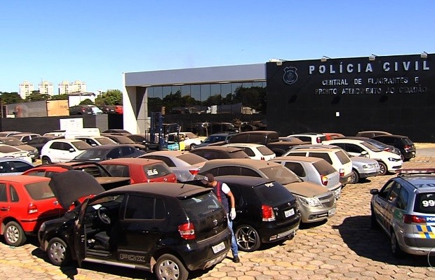 Carros apreendidos em crimes lotam pátio de delegacia em Goiânia, goiás (Foto: Reprodução/TV Anhanguera)