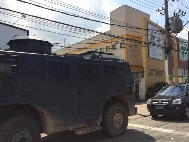 Carro blindado da Polícia Civil foi levado para a 39ª DP depois de operação em Acari (Foto: Gabriel Barreira/G1)